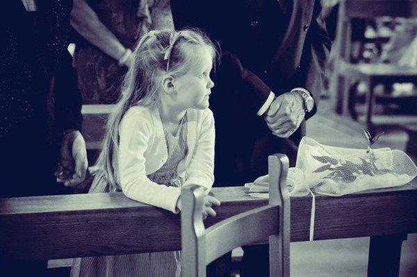 bambina in chiesa